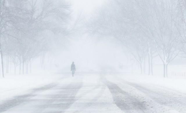Снегът във Франция взе жертва, хиляди са без ток