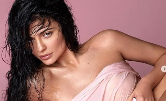 Кайли Дженър продава дял от козметичната си компания за $600 млн.
