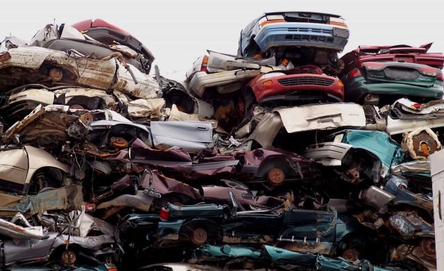 Човекът, който натрупа милиарди от потрошени автомобили