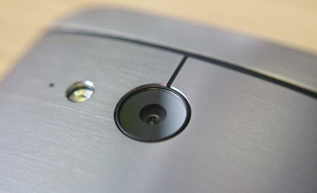 Трябва ли да закриваме камерата на смартфона си?