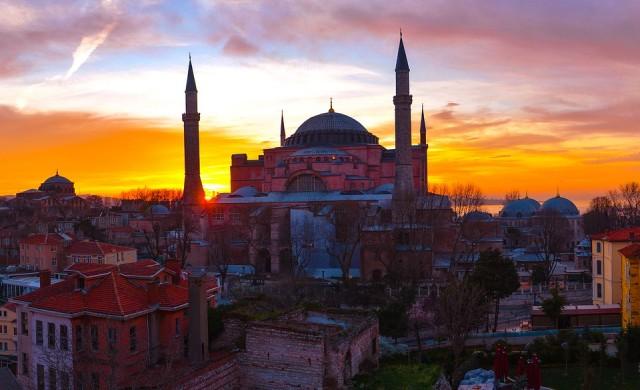 Вечерен час и в Турция, затвориха училищата