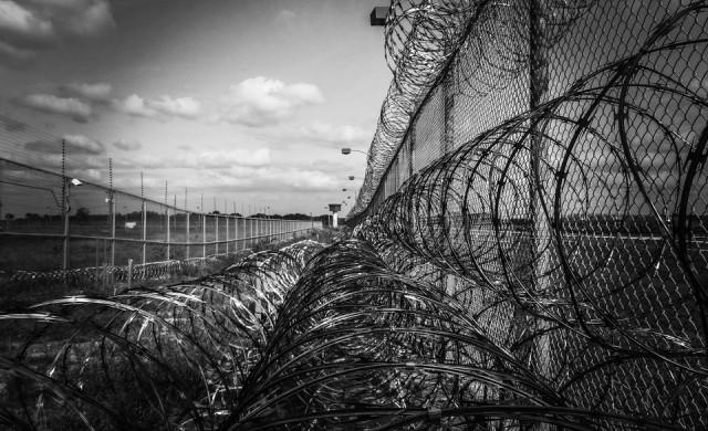 Затворници в Тексас пренасят телата на жертви на COVID-19 срещу $2 на час