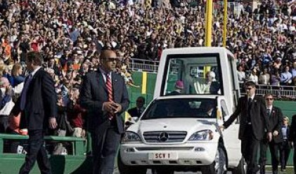 Папата се мести от папомобила в електромобил