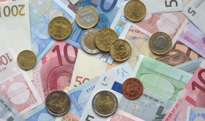 Еврото с пръв от пет седмици насам ръст спрямо долара