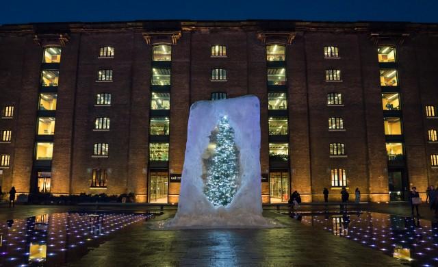 Коледно дърво грейна в огромно ледено кубче