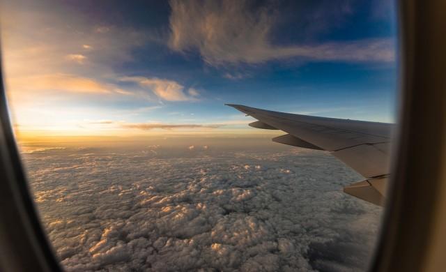 Как светлината в самолетите контролира емоциите ни?
