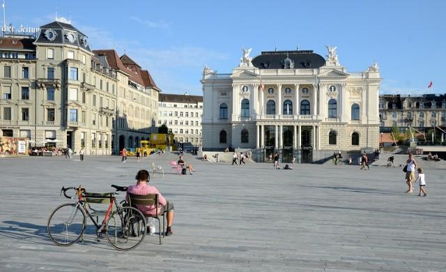 Защо Цюрих гони 130 милионери от къщите им?