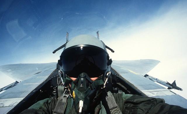 Румен Радев пилотира изтребител във Франция (видео)