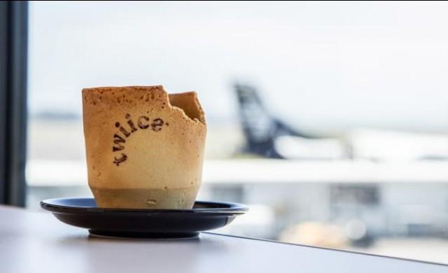 Авиокомпания сервира кафе в ядливи чаши