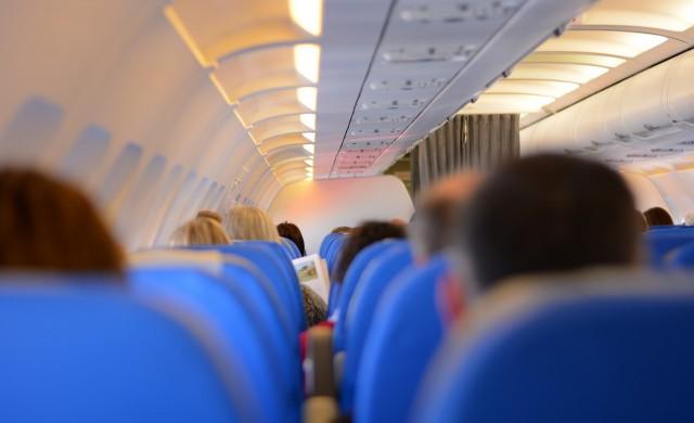 Защо повечето седалки в самолета са сини?