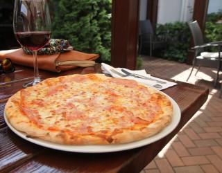 Как се изкарват 400 долара на час, похапвайки пица с непознати?