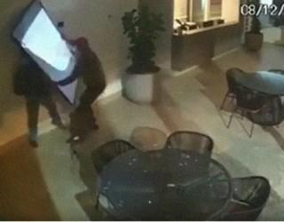 Камера записа гафа на новите най-глупави крадци в света (видео)