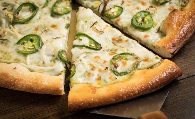 Майстор-готвач приготви пица с 254 сирена