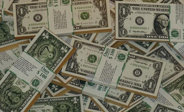Доларът поевтиня до близо 2.5-годишно дъно