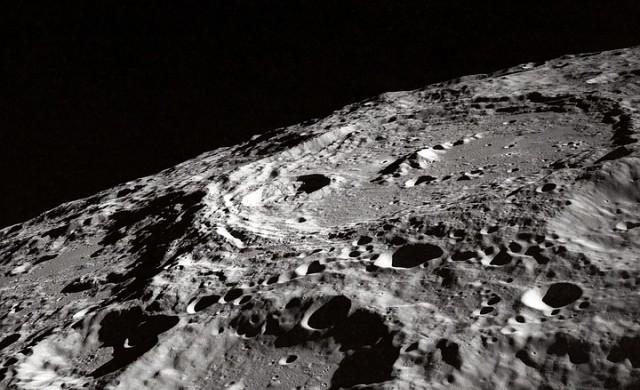 НАСА ще плати на компания 1 долар, за да събира камъни от Луната