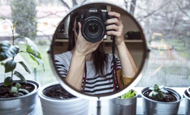 Защо смятаме, че изглеждаме различно от начина, по който ни виждат другите?